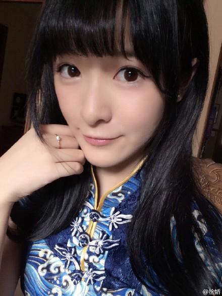 """徐娇穿蓝旗袍参加高中毕业典礼美艳似""""芭比""""(图)"""